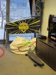 Deskorolka i elektroniczny bilard - niestandardowe wyposażenie gabinetu prezesa klubu